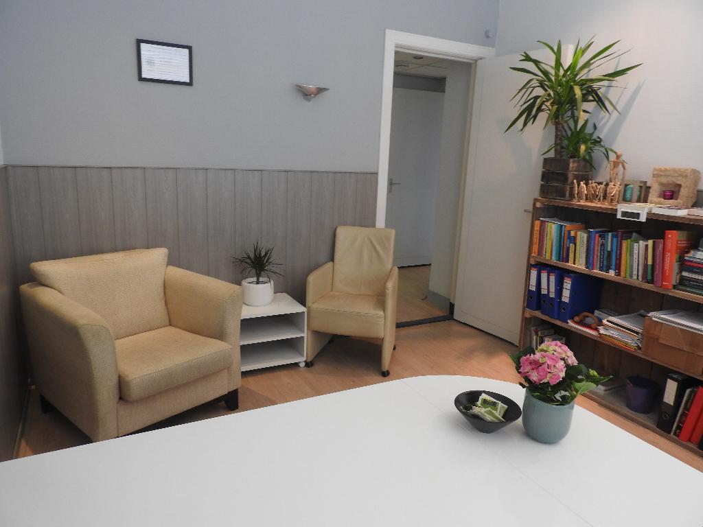 Praatstoelen in de kleine therapiekamer