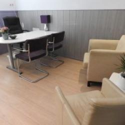 Tafel en praatstoelen in de kleine therapiekamer